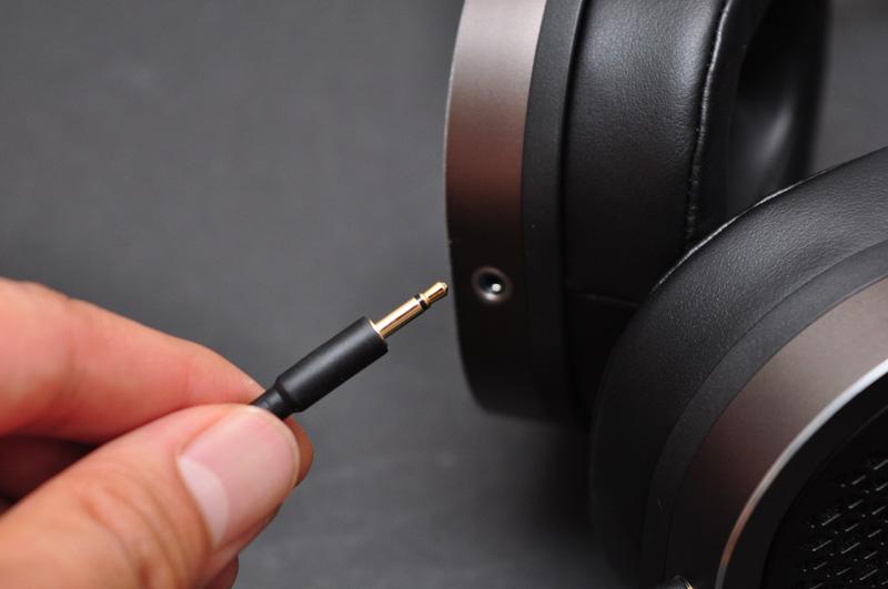 ↑ケーブルは本体左右両側から出ている。2.5mm/2極の着脱式コネクタ