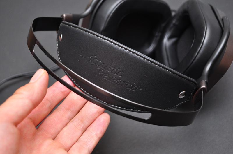 ↑革製のヘッドバンド。頭の形に柔軟に沿う