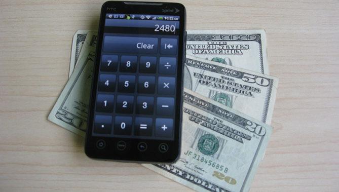 出典画像:Intel Free Press / Android Smartphone with Money (from Flickr, CC BY 2.0) ※画像はイメージです