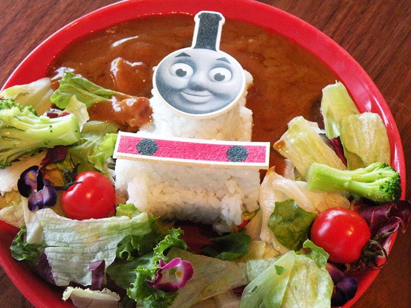 ↑サラダを草原に見立てた「花咲く草原を走る☆トーマスのカレープレート」(1200円)。ルーは甘口なので小さいお子様でも安心だ