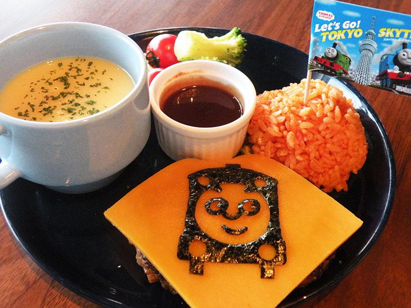 ↑子どもに大人気のケチャップライスとチーズハンバーグを組み合わせた「みんなだいすき!トーマスが運ぶキッズプレート」(980円)