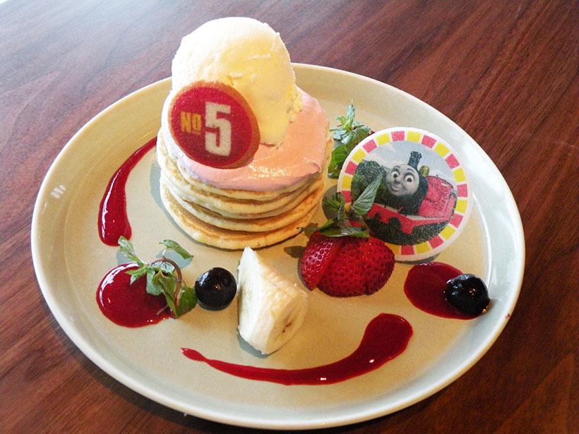 ↑ジェームスの真っ赤なボディをイメージした「うぬぼれやさんジェームスのいちごホイップパンケーキ♡」(850円)。甘いパンケーキにバニラをトッピングした一品だ
