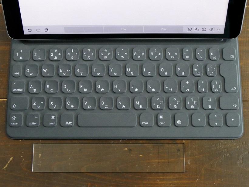 ↑10.5インチモデル用のJIS配列Smart Keyboard。価格は1万9224円~。手前にサイズ比較用の15cm定規を置いてある