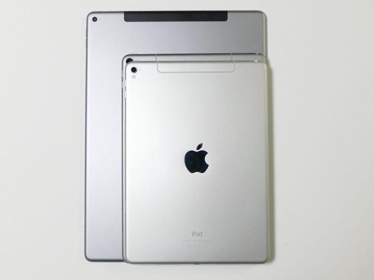 ↑↑3サイズのiPad Proを比較。奥から12.9型(旧)、10.5型(新)、9.7型(旧)。12.9インチモデルの外形は、A4版の雑誌より一回り大きい程度