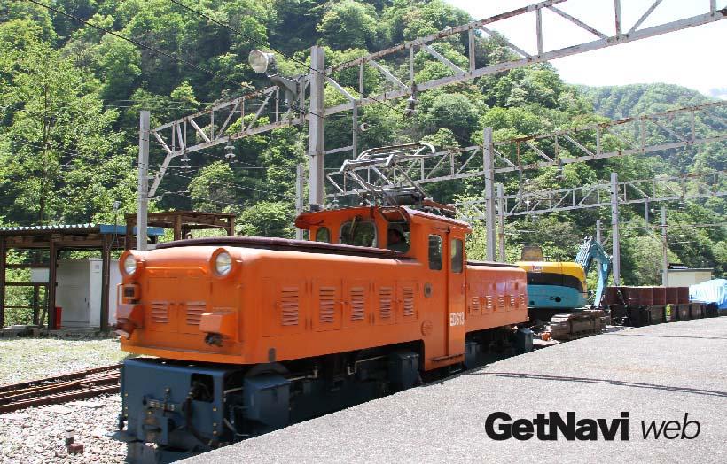 ↑凸型構造のEDS型機関車も1両のみ在籍。重機などの資材を載せた貨車を引いて走る