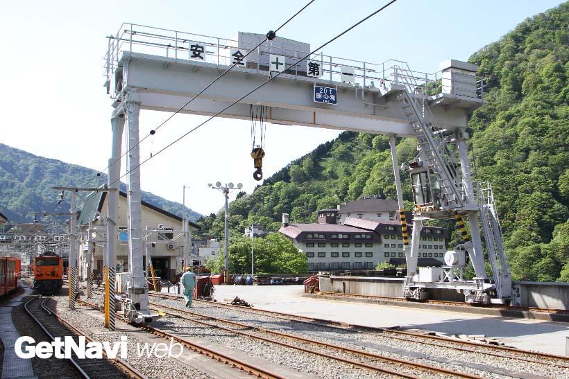 ↑宇奈月駅にあるガントリークレーン。ナローゲージ鉄道ながら、本格的な重機が導入されている