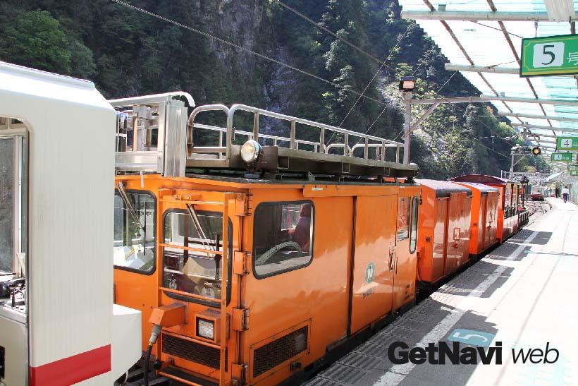 ↑始発前のパトロールや夜間の点検作業に使われる保線車。裏方役の車両も貨物列車で運ばれている