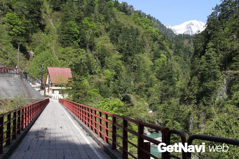 ↑終点の欅平駅すぐ近くの奥鐘橋(おくがねばし)。駅近くには足湯や猿飛峡などの見どころも多い