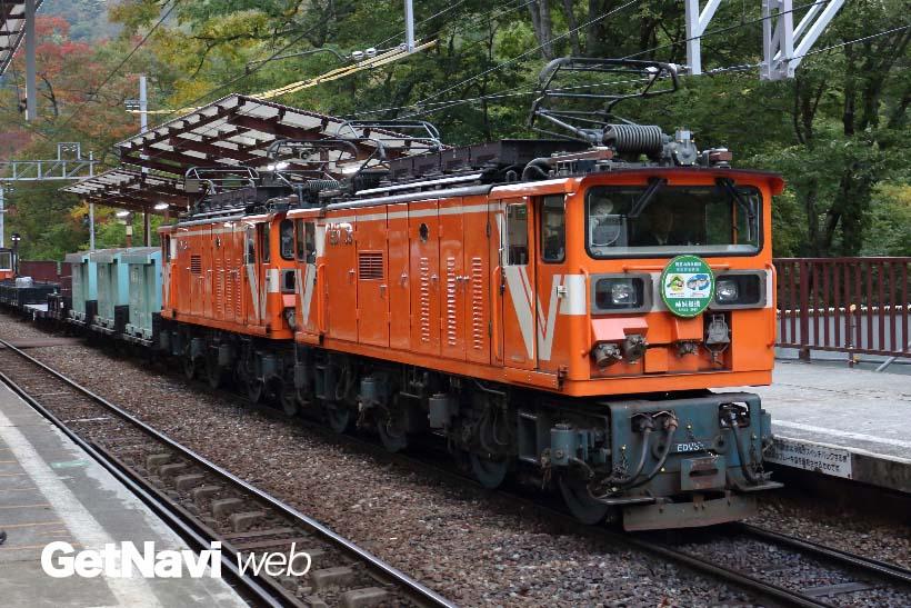 ↑貨物列車を引くEDV型機関車。黒部峡谷鉄道初のインバータ制御方式を採用した