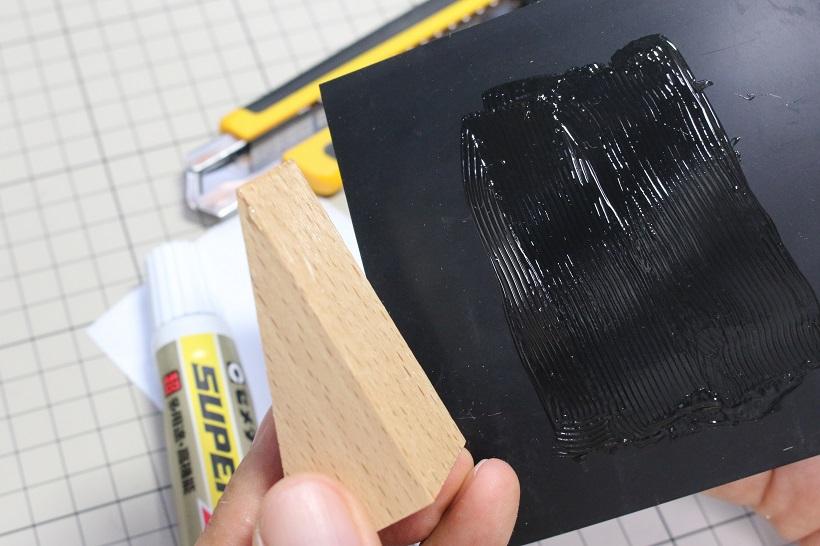 ↑エアコンの効いた部屋に猫が出入りできるよう、ゴム板と木材を貼り合わせて小さなドアストッパーを自作。両面塗布と貼る前に少し乾かすのがポイント