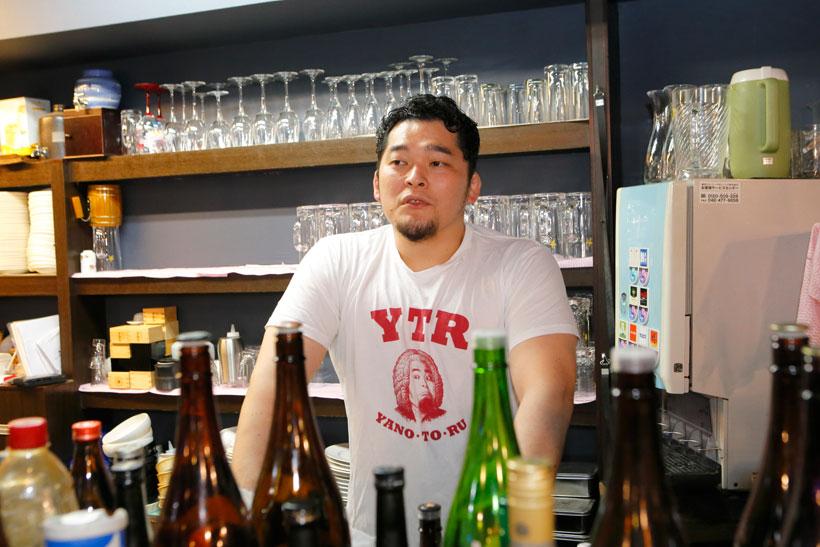 ↑自身が経営するスポーツバー、EBRIETASのカウンターに立つ矢野選手