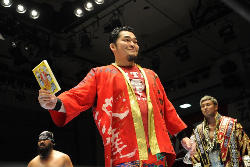 ↑リング上でDVDを宣伝する矢野選手 ©新日本プロレス