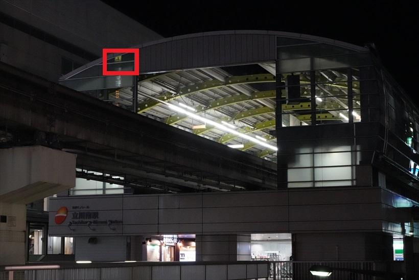 ↑夜のモノレールの駅舎を撮影し、α9とα7RIIの高感度画質を比較。ISO感度を25600にし、仕上がりをチェックした。ホワイトバランスはオートで、ほかの設定は初期設定値だ。画像の赤い線で囲った部分を拡大して掲載