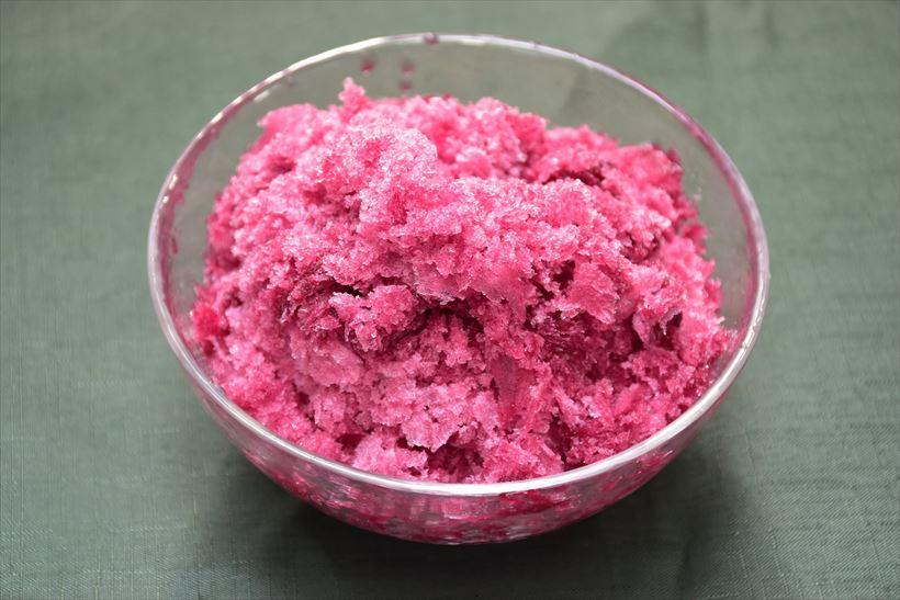 ↑こちらはブドウジュースを凍らせたもを使った。糖分が多いためか薄く削れなかったので、ザラザラの口当たりになった。これはこれでおいしい