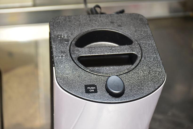 ↑本体上部。手前にかき氷を削るボタン、中央には本体・モーター部を取り外すレバーが付いている