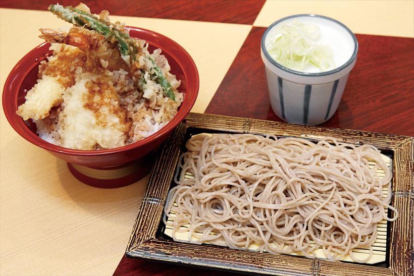 ↑天丼セット/冷(760円)。揚げたての天ぷらがのった天丼と、香りとのどごしのいいそばが食べられて大満足