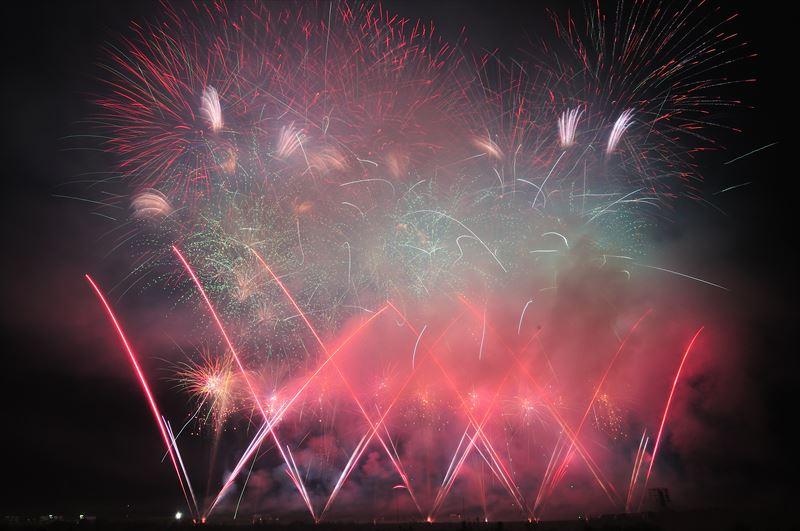 ↑風下では煙で花火が見えなくなることがある。特にスターマインでは大量の煙が発生するので、風下はできるだけ避けたほうがよい