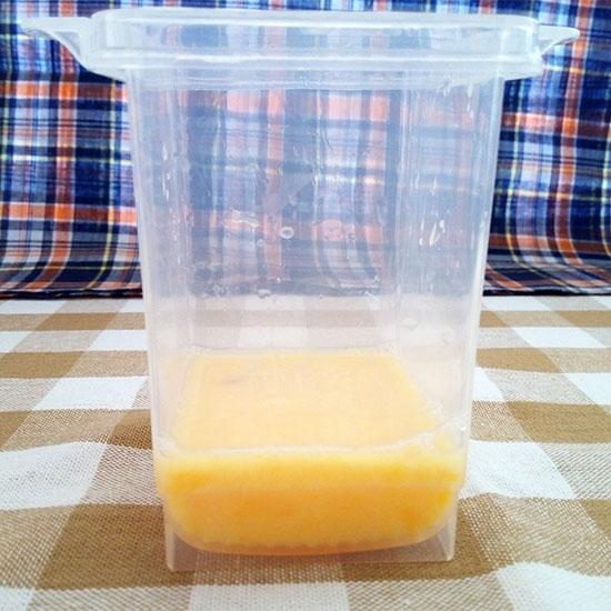 ↑卵1個と大さじ1杯の水を入れて、白身を切るようにかき混ぜます