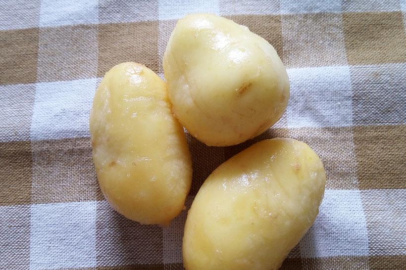 ↑ジャガイモのビフォー&アフター。ジャガイモの丸みを残したまま皮がむけます
