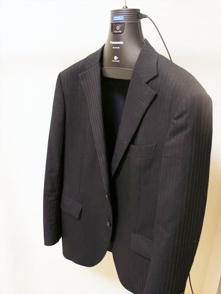 ↑普通にハンガーにかける要領でジャケットをかけます。ハンガーに厚みがあるので、きれいな立体感をキープ