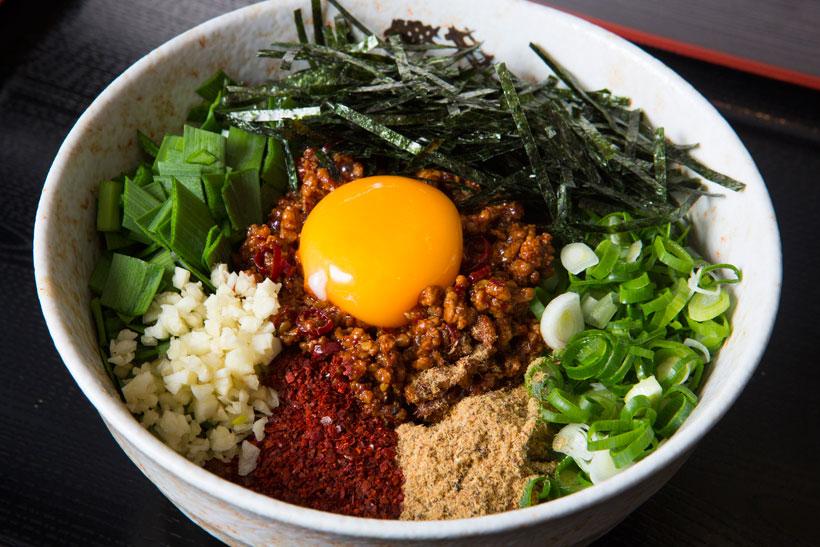 ↑台湾まぜうどん(620円)。肉味噌の甘辛さ、だし粉のう まみ、唐辛子の辛さ、卵黄のまろやかさが渾然一体に。春先から夏にかけて圧倒的人気
