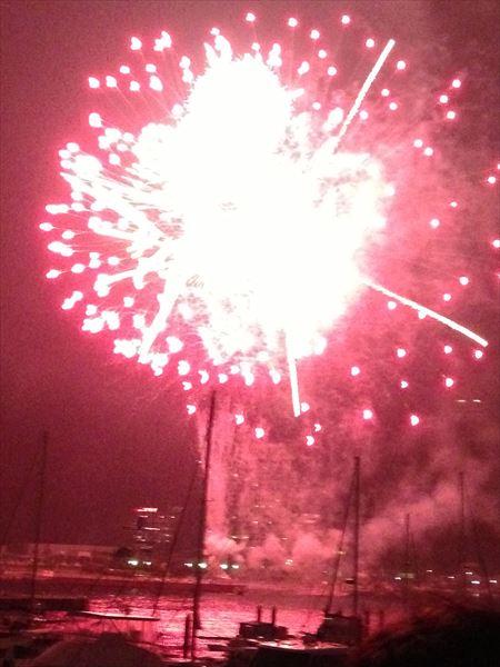 ↑スマホで打ち上げ花火を撮影。ピンボケで露出オーバーなうえ、画面も傾いてしまっている