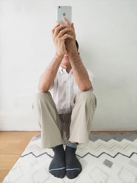 ↑地面に座って撮る場合は、体育座りで膝の上に肘を置いて両手でスマホを構えるとブレを軽減できる