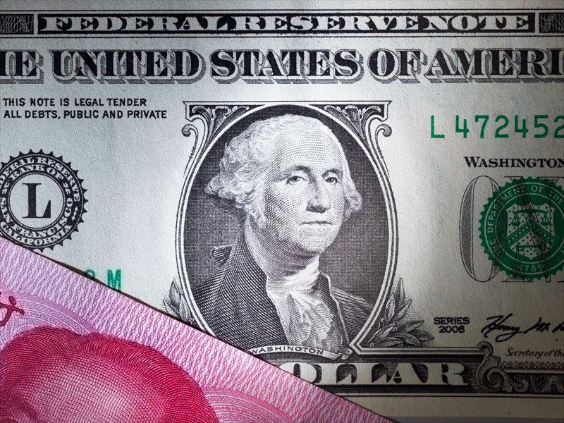 ↑元の写真。ドル紙幣をクローズアップで撮影