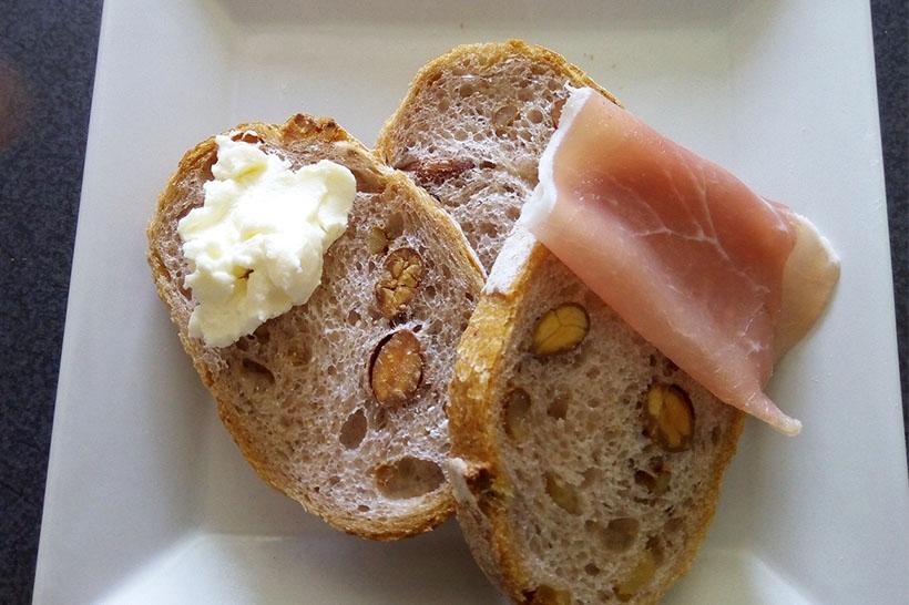 ↑軽くトーストしたあと、クリームチーズと生ハムを乗せてパクリ!