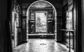 【ムー実話怪談】学校の「開かずの資料室」は巨大地下迷宮への入り口だった!? 案内した担任は消息不明…