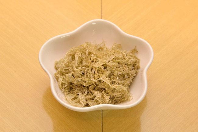 「がごめ(とろろ昆布)」(\150)。主に函館の東海岸に生育している珍しい昆布で、同店では南かやべ産を使用。強い粘り気や豊かなうまみが特徴です