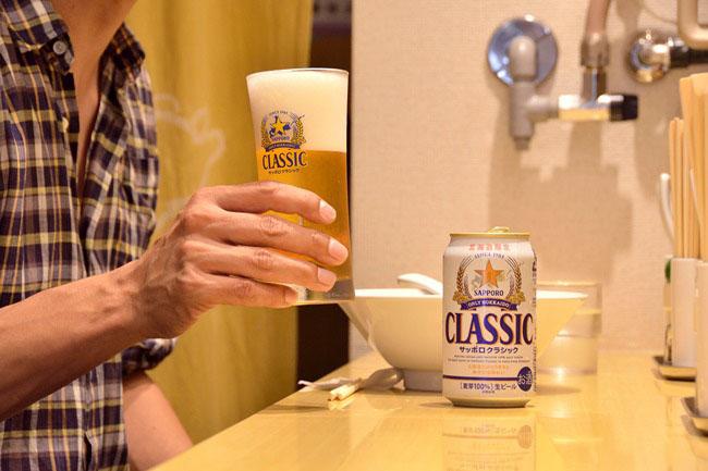 「サッポロクラシック」(¥400)。北海道限定で発売されているこの缶ビールを特別に取り寄せ、提供するという心意気も素敵です。北海道出身の方はぜひこのビールも!