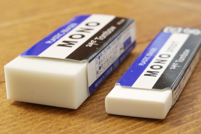 ↑100円サイズのMONO(PE-04)と比べると、板ガムぐらいの薄さに感じる