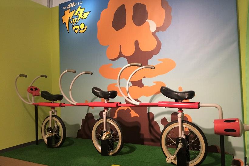 ↑ドロンボーたちが乗る3人乗りの自転車を再現。実際に乗って記念写真を撮ることも可能だ