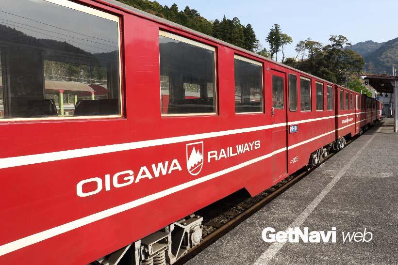 ↑千頭駅から井川駅へ向け走る井川線(南アルプスあぷとライン)。車両はスイスの登山電車のようだ