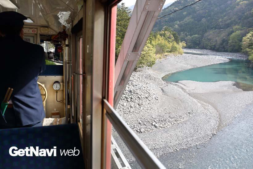 ↑大井川を眼下に望み走る井川線の列車。鉄橋を渡るときは迫力、そしてスリルともに満点だ