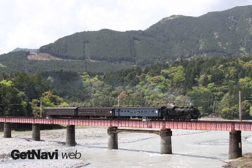 ↑大井川を渡るSL列車。特に千頭駅〜崎平駅〜青部駅間では3本の橋が連なり、それぞれの橋上から大井川流域の眺望が楽しめる