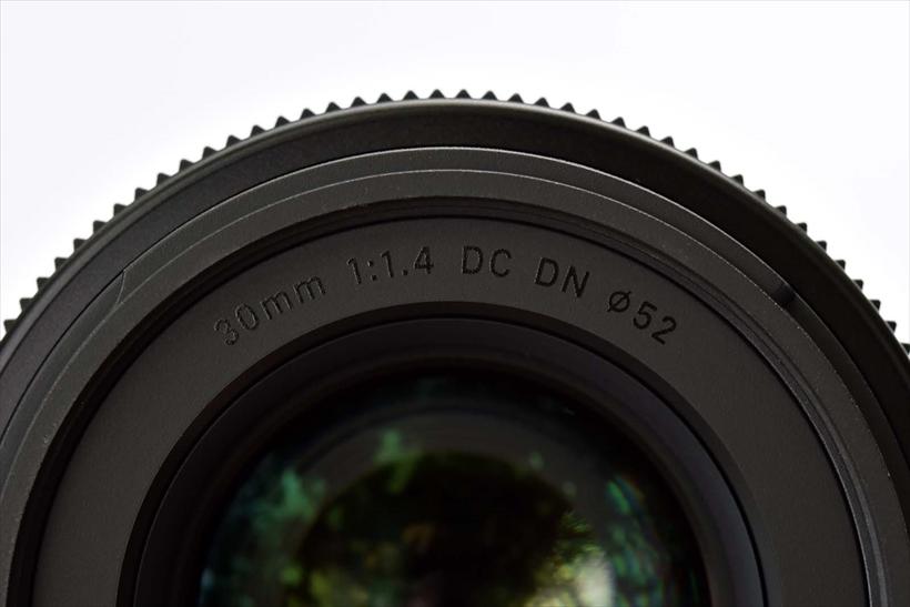 ↑前面外枠の製品名(焦点距離や開放F 値 など)は非塗装の仕様。上品な印象となり、被写体への文字の写り込みも防げる