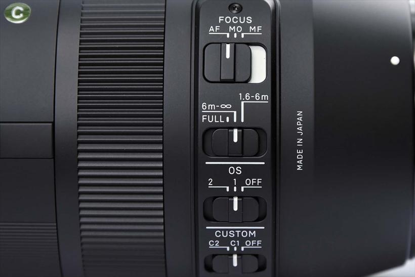 ↑フォーカスリミッター、OS、カスタムモードと、鏡筒部には各種機能の操作スイッチが並ぶ。本製品の多機能さが伺える部位だ