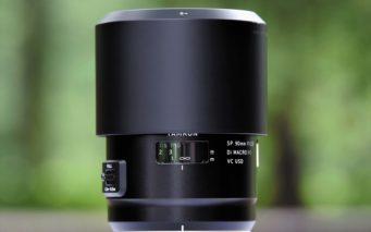 ↑付属する丸型フード(HF017) は、本体の長さや太さとのマッチングの良さが好印象。逆付けして収納する際も携帯性が良い