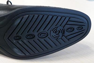 ↑靴底に世界有数の独自技術「通気孔パーツ」を設置。これにより靴内の空気循環を促し、ムレにくく快適な履き心地をキープしてくれます