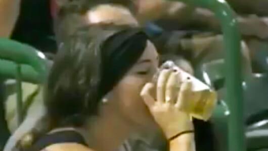 野球観戦中にビールの中にボールが! そのとき女性がとった驚きの行動とは?