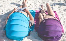 真夏のビーチもこれで快適! 扇風機も保冷剤も付いた「携帯パラソル」があれば重いパラソル不要
