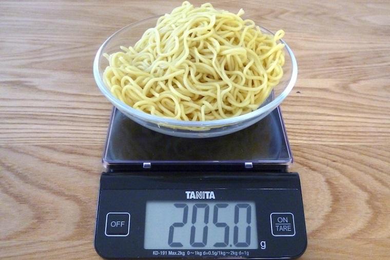 ↑盛夏版として細くなった麺は205.0g。セブン-イレブン(265.0g)と比べると60g少ない