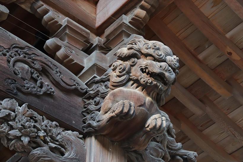 ↑寺院本堂の欄間の木彫り狛犬に注目し「ディテール重視」で撮影。狛犬の質感や日陰部分がリアルに描写され、色鮮やかさも増した