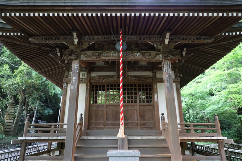 ↑木立ちに囲まれた小さな神社を、標準ズームの広角域で正面から狙う。歪曲収差補正なしでは、レンズの特性上、画面周辺の直線の歪みが目立つ(上)。歪曲収差補正を使うことで、それが見事に補正される(下)
