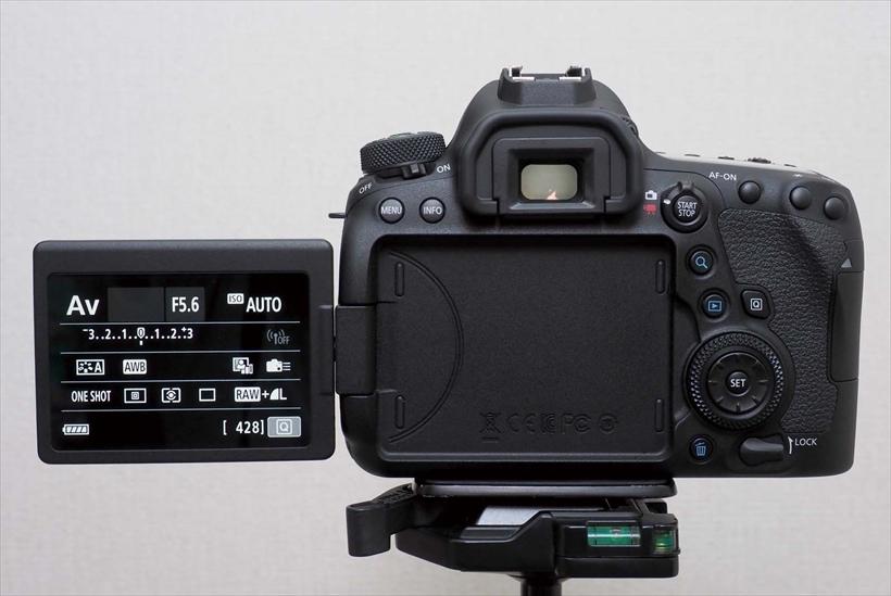 ↑チルト式の可動モニターを搭載するカメラは多いが、可動範囲の広さでは、このバリアングル式が優位。縦位置も自分撮りも快適に行える
