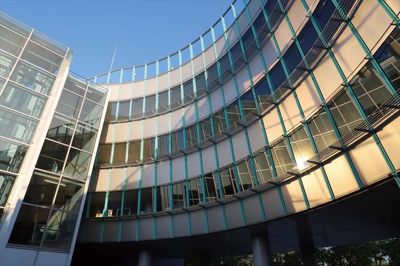 ↑魚眼レンズで撮ったような、壁面が大きく湾曲した建物。新開発の約2620万画素CMOSセンサーは、青空や建物の細部をきめ細かくリアルに描写。同時に、明るい部分から日陰部分まで、豊かな階調再現を見せてくれた