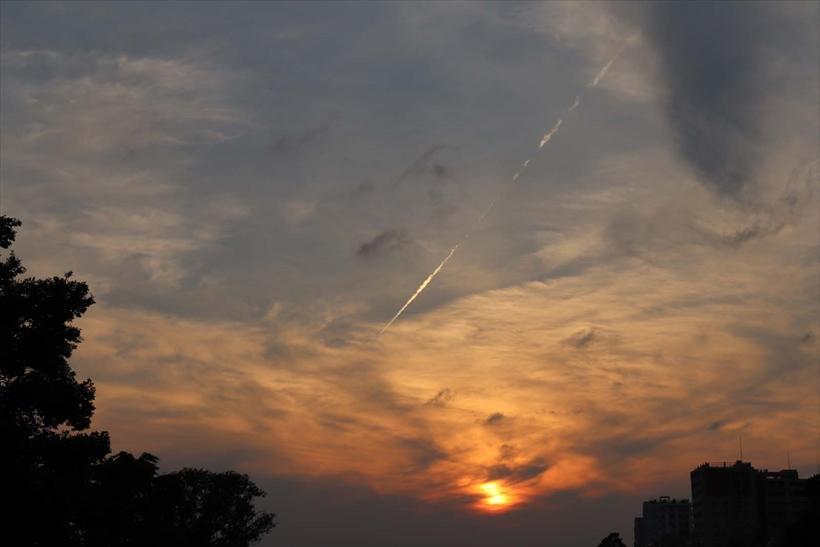 ↑クリエイティブオートの「くっきり鮮やかに」を選択(上)し、内蔵ストロボの発光は「発光禁止」に。夕日の色をよりドラマチックに写せた。「標準」(下)での撮影結果と比べると、夕焼けの色の鮮やかさが確認できる