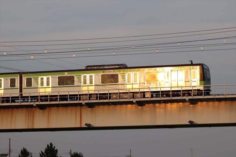↑秒間約5コマの連写で夕日に映える電車を撮影。バランスのいい配置に電車を入れることができた